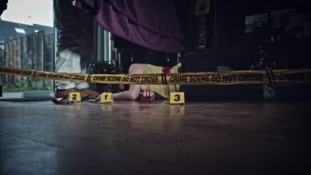 4K-crimen-escena-Detective-cubiertas-cuerpo-muerto-en-el-piso