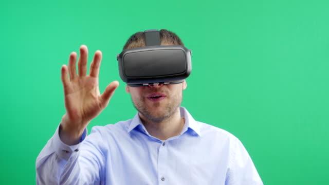 Hombre-de-gafas-de-realidad-Virtual-Pantalla-verde-