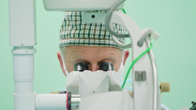 Cirujanos-de-Oftalmología-dentro-de-la-intervención