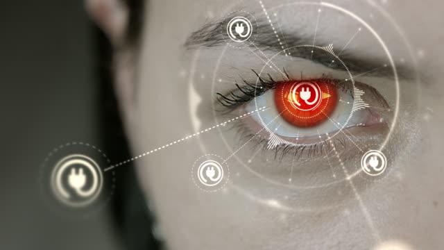 Mujer-joven-cyborg-parpadea-luego-enchufe-eléctrico-símbolos-aparece-