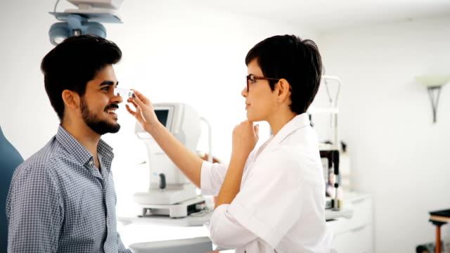 Mujer-de-niña-en-clínica-de-Oftalmología-para-la-detección-de-dioptrías