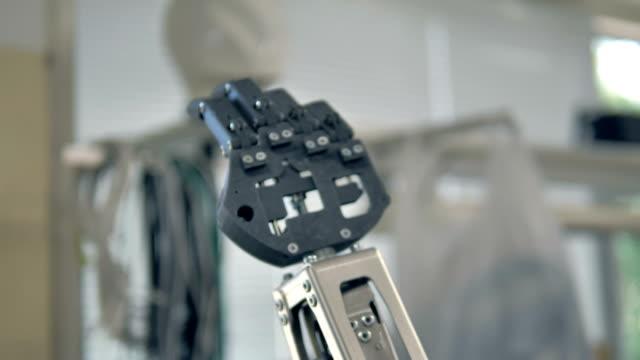 Unschärfe-und-Schuss-Schwerpunkt-Roboter-Kopf-und-Arm-