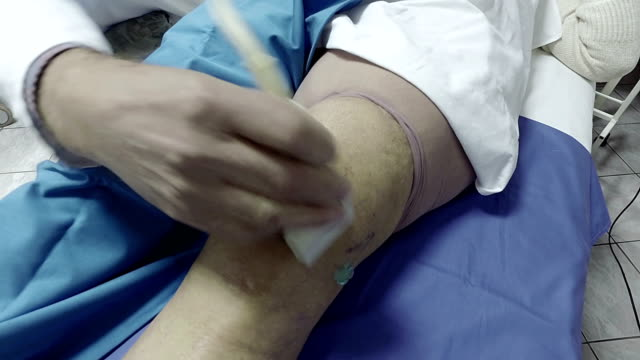 Ultrasound-echo-on-the-knee-of-an-old-woman