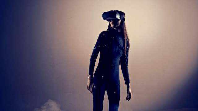 Modelo-de-moda-joven-chica-atractiva-usando-un-auricular-VR-tiro-en-estudio-profesional-con-humo-y-laser-para-un-cyber-fresco-tala-ProRes