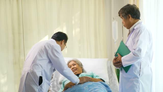 Equipo-médico-explicando-resultado-positivo-al-paciente