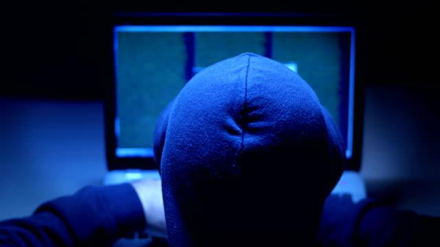 Vista-de-un-Hacker-en-negro-ropa-escribiendo-en-informática-en-la-oscuridad-de-nuevo