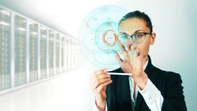 Geschäftsfrau-die-auf-eine-holografische-Oberfläche-arbeiten-Die-Yong-Frau-in-der-Jacke-Bildschirm-berühren