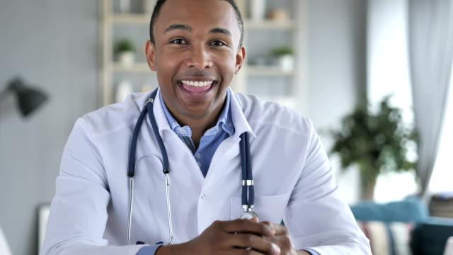 Online-Video-Chat-mit-Patient-von-Afro-Amerikaner-Arzt-Kamera-Ansicht