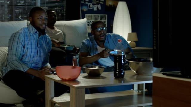 Hombre-negro-que-se-divierten-con-videojuegos-en-el-hogar