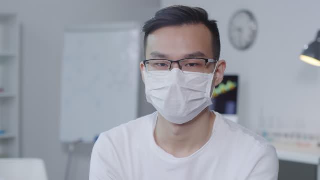 Enfermo-hombre-asiático-mirando-a-la-cámara