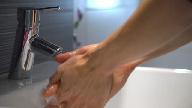 Hombre-lavándose-las-manos-con-jabón