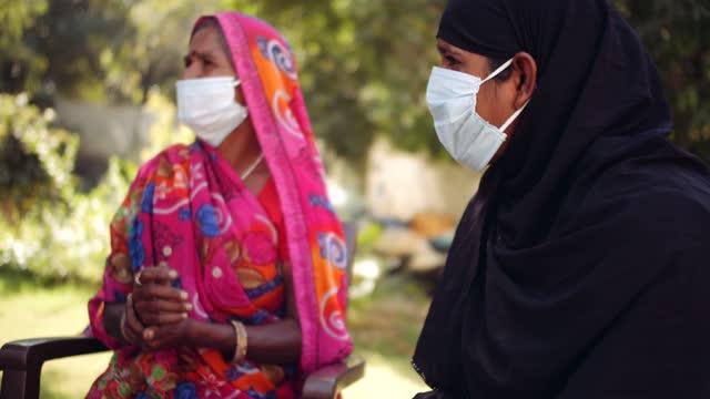 Ärzte-im-Freien-mit-einer-Seniorin-im-ländlichen-Indien