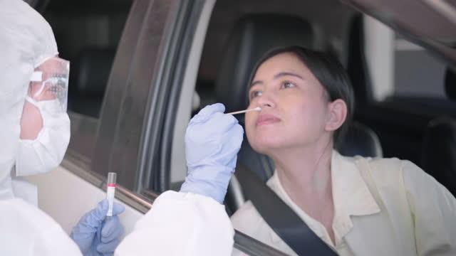 Médico-oficial-prueba-coronavirus-o-Covid-19-en-las-personas-que-conducen-Thru