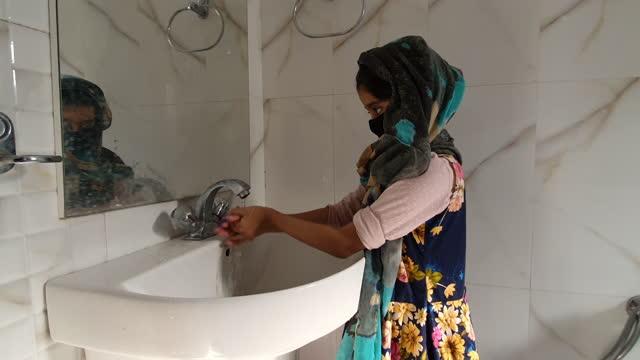 Chica-enmascarada-Lavarse-las-manos-con-agua-y-jabón-y-usar-frotamiento-de-manos-a-base-de-alcohol-mata-los-virus-