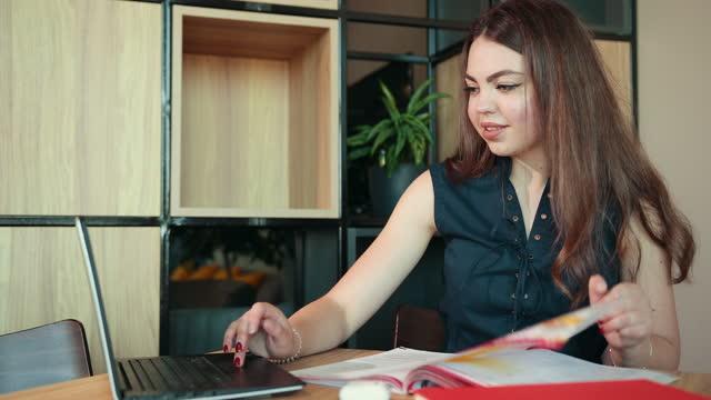Concepto-de-enseñanza-en-línea-de-seminario-web-a-distancia-Mujer-de-negocios-estudiante-maestra