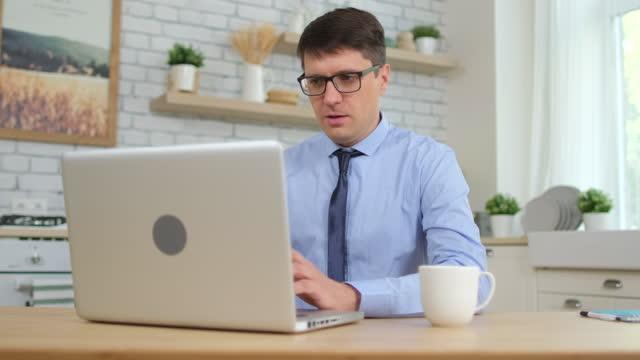 Junge-Mann-männlichen-Student-freelancer-Geschäftsmann-arbeiten-Tippen-von-Text-auf-der-Tastatur-mit-Laptop-Computer-zu-Hause-Küche