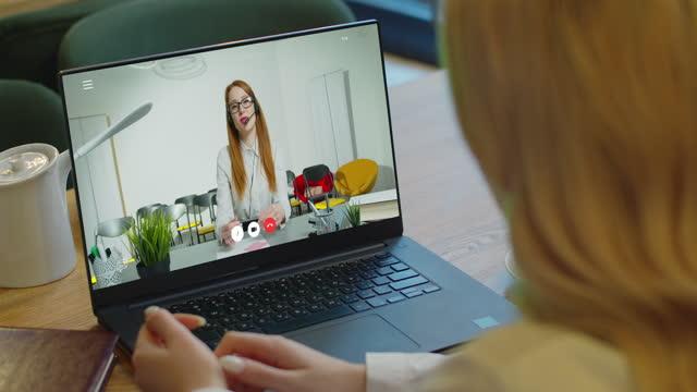 Mujer-que-estudia-en-casa-en-línea-por-videollamada-de-conferencia-computadora-portátil-hablar-comunica-profesor-Una-estudiante-hace-videollamada-de-conferencia-en-charlas-de-computadoras-portátiles-con-tutora-web-profesora-en-línea-en-chat-de-cámar