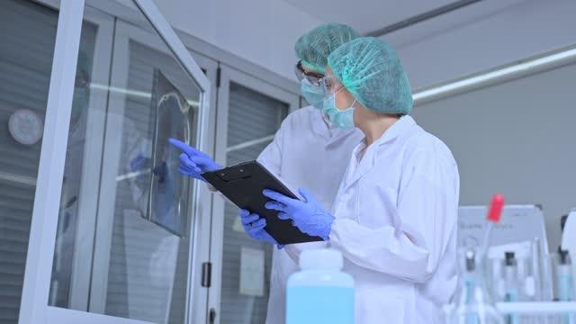 La-vacuna-contra-el-coronavirus-investigada-por-el-equipo-de-científicos-farmacéuticos-de-investigación-y-desarrollo-biológico-El-investigador-profesional-trabaja-en-la-sala-de-laboratorio-de-la-empresa-de-fabricación-de-vacunas-y-medicamentos-covid-