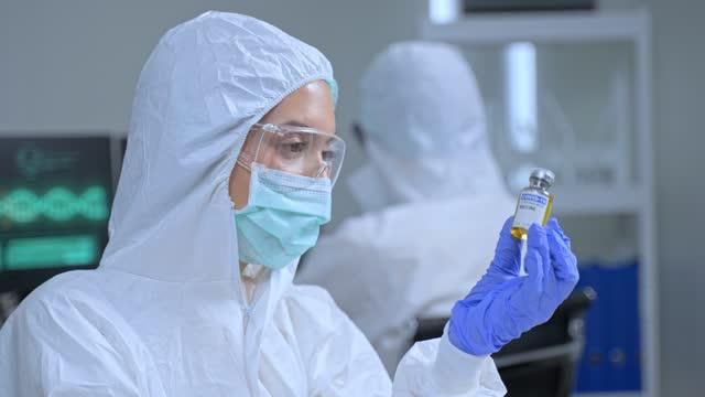 La-vacuna-Coronavirus-o-COVID-investigada-por-el-equipo-de-científicos-farmacéuticos-de-bio-investigación-y-desarrollo-El-investigador-trabaja-en-la-sala-de-laboratorio-de-la-empresa-de-fabricación-de-vacunas-y-medicamentos-covid-19-