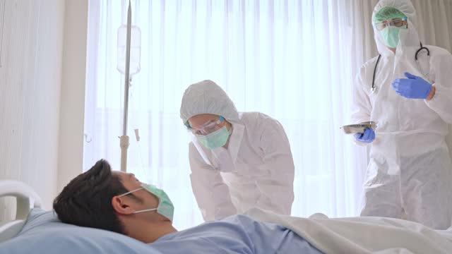 Médico-caucásico-enfermero-o-científico-que-sostiene-la-vacuna-contra-la-gripe-el-sarampión-y-el-coronavirus-para-la-vacunación-contra-brotes-de-enfermedades-que-se-prepara-para-la-inyección-al-paciente-en-el-hospital-Covid19-concepto-de-medicina-