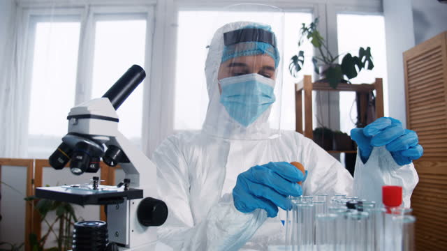 Joven-científico-médico-de-laboratorio-farmacéutico-enfocado-en-traje-de-protección-y-escudo-que-investiga-la-nueva-vacuna-contra-el-coronavirus-