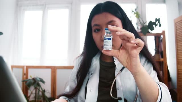 Ensayos-de-vacunas-contra-el-coronavirus-Acercarse-a-la-joven-farmacéutica-grave-doctora-en-bata-de-laboratorio-mira-el-matraz-con-medicamentos-