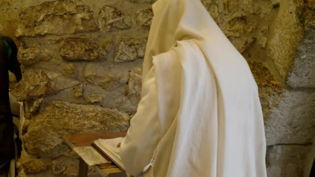 hombre-judío-en-chal-ora-en-el-muro-de-las-lamentaciones-en-Jerusalén