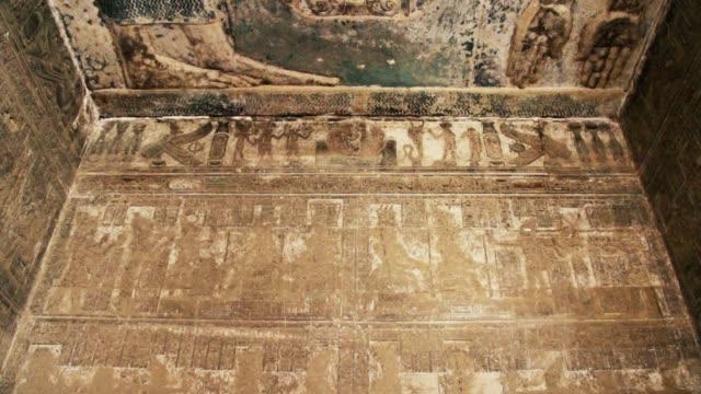 Hermoso-interior-del-templo-de-Dendera-o-el-templo-de-Hathor-Imagen-de-la-antigua-diosa-de-la-tuerca-del-cielo-en-el-techo-del-antiguo-templo-egipcio-Egipto-Dendera-cerca-de-la-ciudad-de-Ken