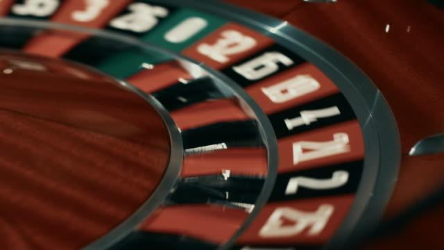 Ruleta-de-madera-con-los-sectores-negro-y-rojo-Cierre-para-arriba-de-blanco-a-balón-parado