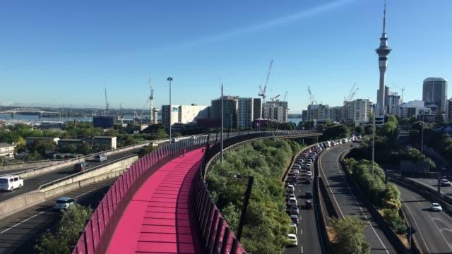 Luftaufnahme-von-Rush-hour-Traffic-auf-Auckland-Central-Autobahn
