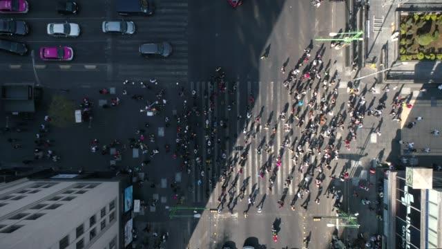 Timelapses-Personas-Cruzando-la-Calle-Negocios-Globalizacion-