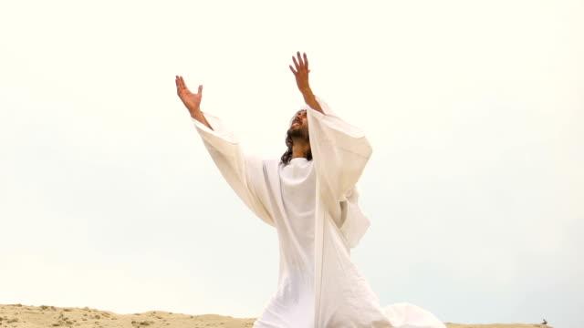 Muslim-cae-de-rodillas-en-el-desierto-levantando-la-mano-rezando-a-Dios-por-el-perdón