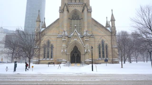 Toma-panorámica-hasta-la-punta-cima-de-una-iglesia-del-centro-de-la-ciudad-