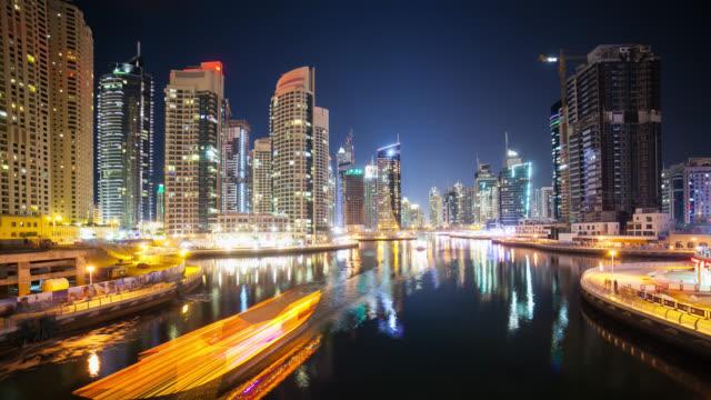 dubai-marina-4-K-time-lapse-con-la-vista-de-las-embarcaciones-y-las-luces-de-la-calle