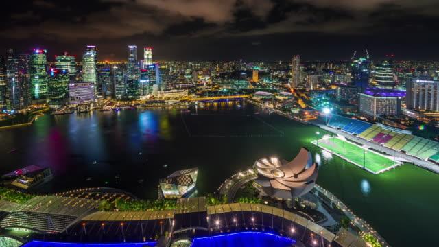 techo-luz-de-noche-panorámica-Ve-el-lapso-de-4-k-del-famoso-hotel-de-Singapur