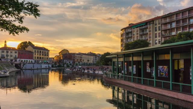 Italia-al-atardecer-Milán-ciudad-famosa-darsena-canal-puente-panorama-4k-lapso-de-tiempo
