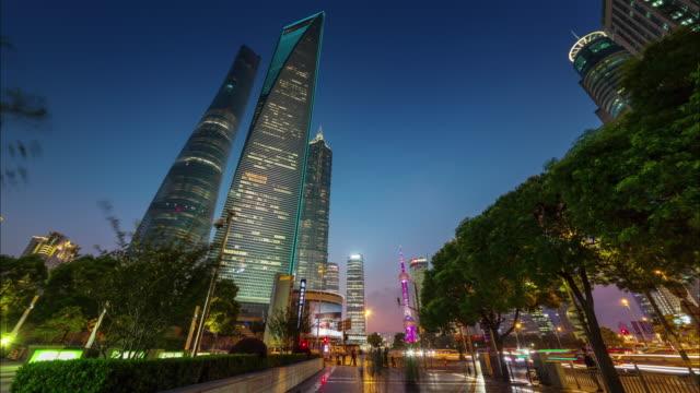 China-Shangai-panorama-de-puesta-del-sol-a-pie-de-centro-de-ciudad-4k-lapso-de-tiempo