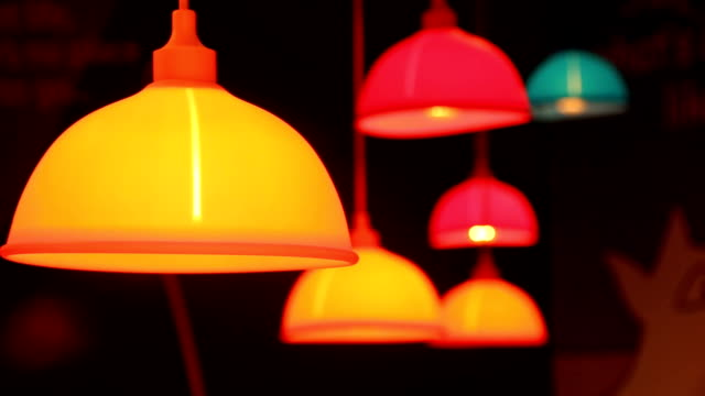 Bunte-Lampe-schwingen-im-Wind