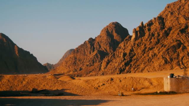 Wüste-in-Ägypten-Sand-und-Berge-Panorama