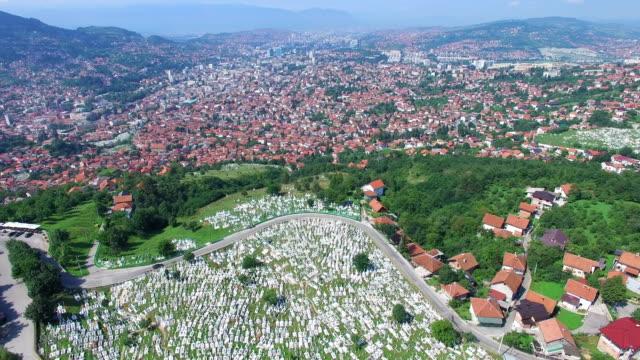 Volando-sobre-la-ciudad-de-Bosnia-con-cementerios-musulmanes
