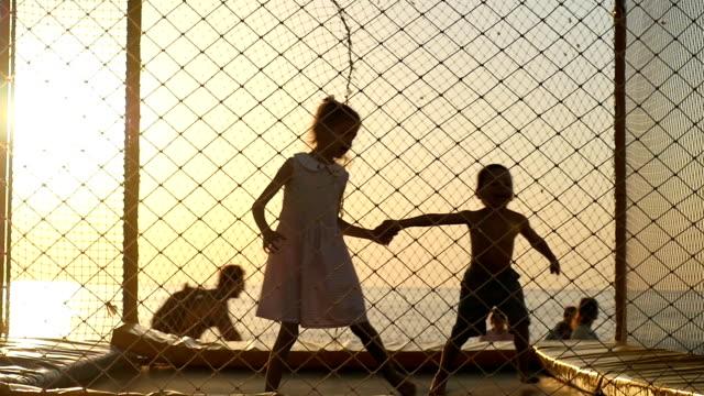 Kinder-spielen-auf-dem-Spielplatz-mit-Trampolin