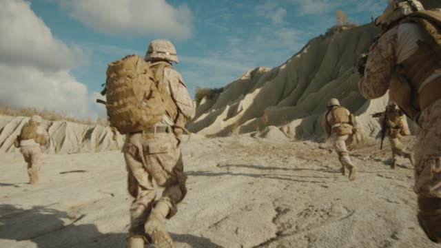 Sigue-el-disparo-del-Escuadrón-de-soldados-corriendo-hacia-adelante-durante-la-operación-militar-en-el-desierto-