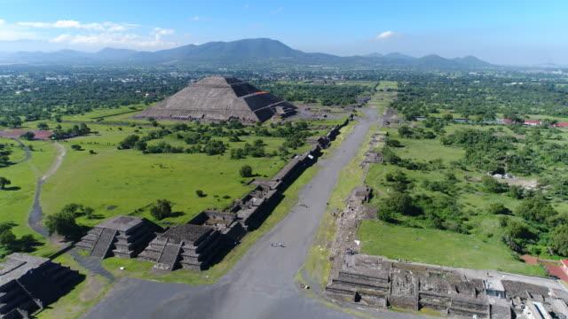 Vista-aérea-de-las-pirámides-en-Mesoamérica-antigua-ciudad-de-Teotihuacan-pirámide-del-sol-Valle-de-México-desde-Centroamérica-4-k-UHD