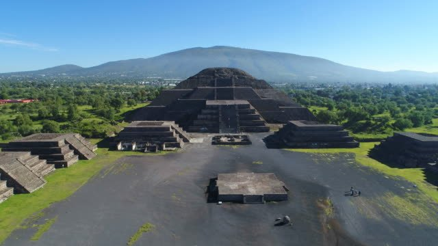 Vista-aérea-de-las-pirámides-en-Mesoamérica-antigua-ciudad-de-Teotihuacán-pirámide-de-la-luna-Valle-de-México-desde-Centroamérica-4-k-UHD