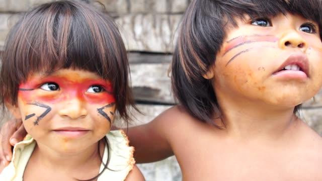 Lindo-niño-brasileño-nativo-de-Tupi-Guarani-tribu-Brasil