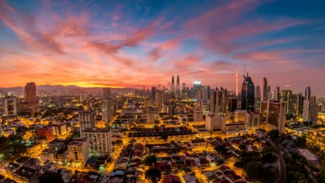 Noche-de-skyline-de-la-ciudad-de-Kuala-Lumpur-a-día-amanecer-timelapse-lapso-de-tiempo-de-4K-de-Malasia