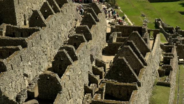 cerca-de-inclinación-hacia-abajo-del-plano-de-las-ruinas-de-machu-picchu