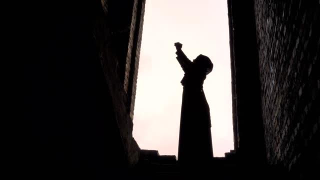 Joven-mujer-musulmana-hijab-rezando-en-edificio-abandonado-asustado-y-preocupado