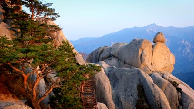 Puesta-de-sol-en-Ulsanbawi-Parque-Nacional-Seoraksan-Corea-del-sur