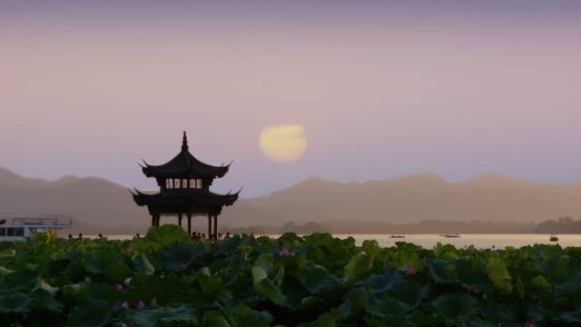 Hermoso-amanecer-con-una-antigua-pagoda-